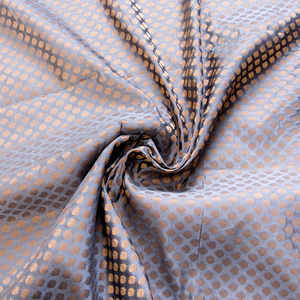 〔1m切り売り〕インドの伝統模様布〔幅約108cm〕 - グレー 4 - 布をくるりと渦のようにしてみたところです。陰影がきれいです。