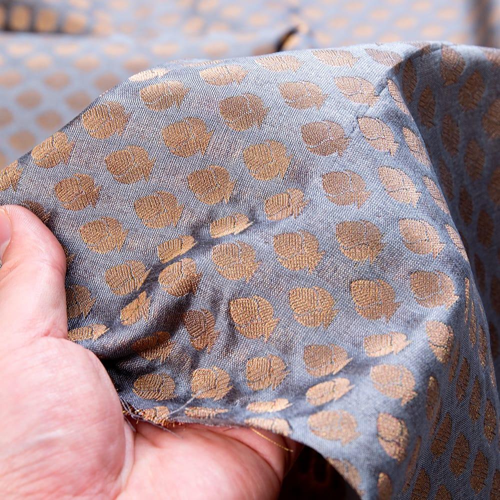 〔1m切り売り〕インドの伝統模様布〔幅約108cm〕 - グレー 6 - 生地の拡大写真です