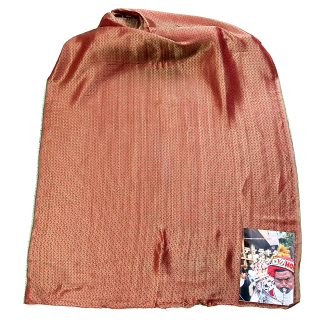 〔1m切り売り〕インドの伝統模様布〔幅約112cm〕 - レッド×グリーン 2 - 布を広げてみたところです。横幅もしっかり大きなサイズ。布の上に置かれているのはサイズ比較用の当店A4サイズカタログです。