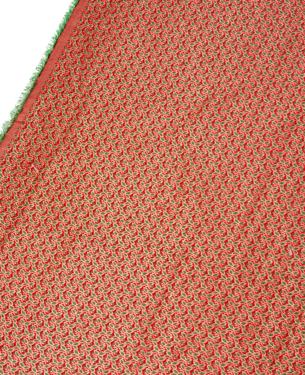 〔1m切り売り〕インドの伝統模様布〔幅約112cm〕 - レッド×グリーン 3 - 拡大写真です。独特な雰囲気があります。