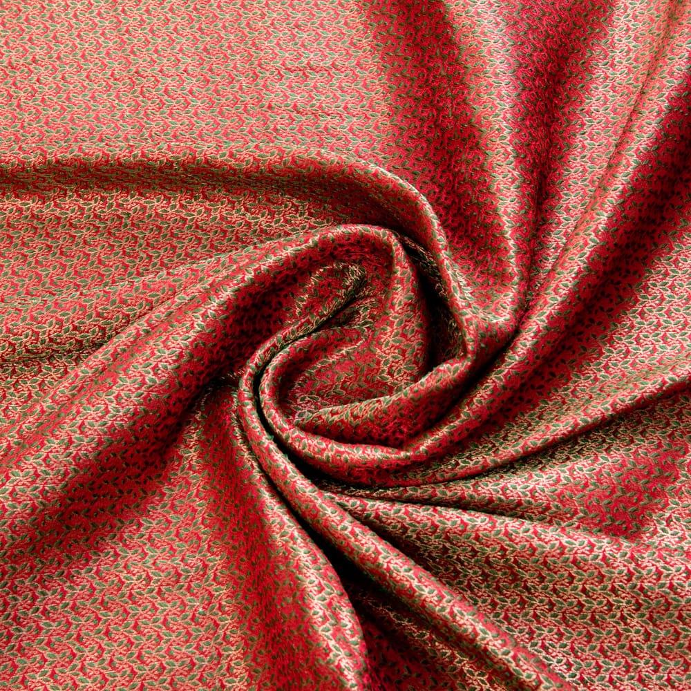 〔1m切り売り〕インドの伝統模様布〔幅約112cm〕 - レッド×グリーン 4 - 布をくるりと渦のようにしてみたところです。陰影がきれいです。