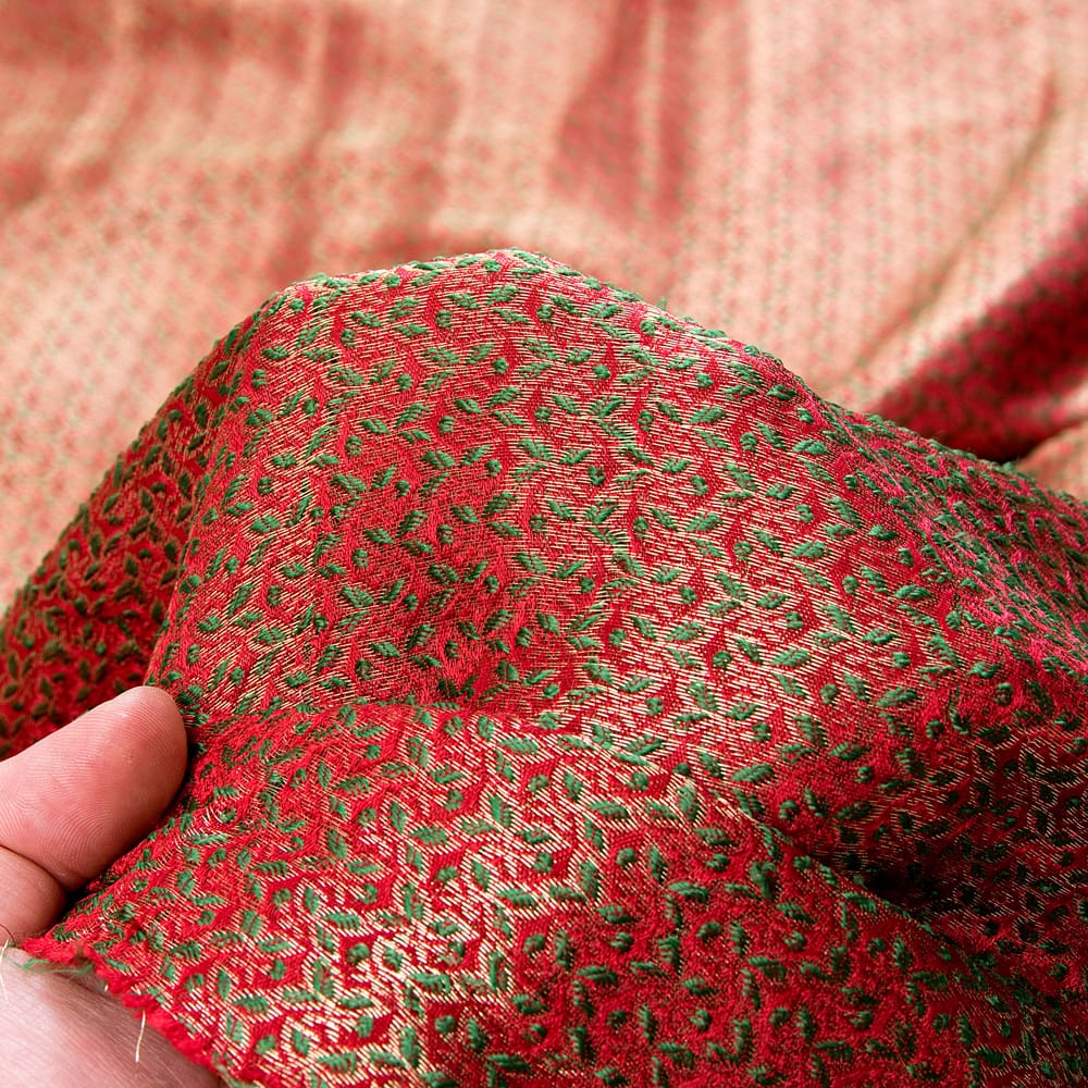 〔1m切り売り〕インドの伝統模様布〔幅約112cm〕 - レッド×グリーン 6 - 生地の拡大写真です