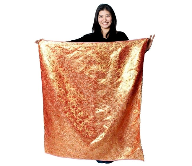 〔1m切り売り〕インドの伝統模様布〔幅約111cm〕 - グリーン 7 - 同じインドからやってきた『〔1m切り売り〕インドの伝統柄ゴールドプリント光沢布〔幅約100cm〕』を、1mカットしてモデルさんに持ってもらった写真です。切り売りの布は基本的に横幅100cm前後と大きいので、ご覧の通り色々な用途に使えそうです。ご注文個数に応じた長さにカットしてお送りいたします。