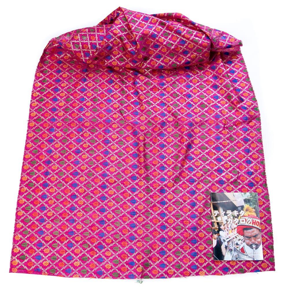 〔1m切り売り〕インドの伝統模様布〔幅約110cm〕 - マゼンタ 2 - 布を広げてみたところです。横幅もしっかり大きなサイズ。布の上に置かれているのはサイズ比較用の当店A4サイズカタログです。