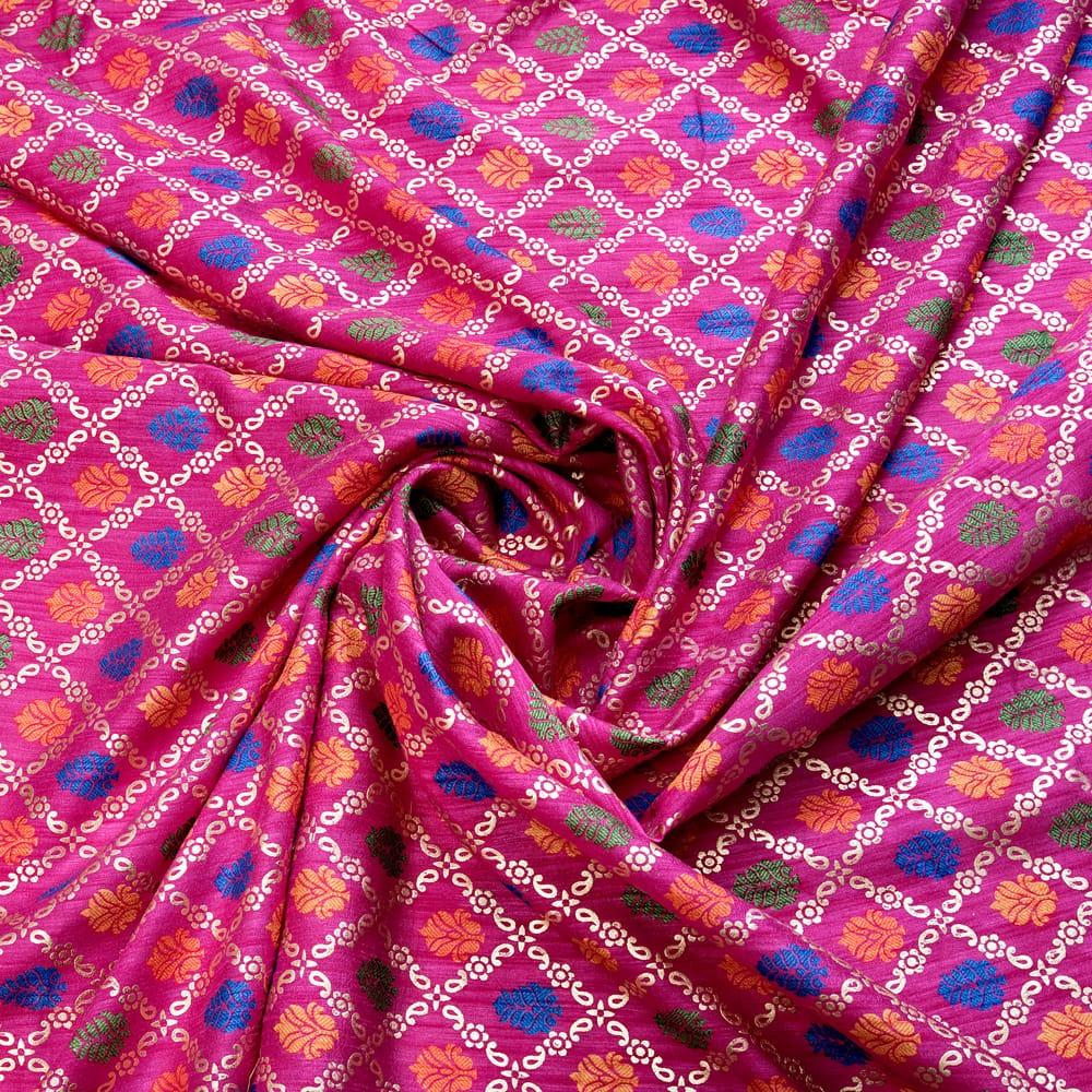 〔1m切り売り〕インドの伝統模様布〔幅約110cm〕 - マゼンタ 4 - 布をくるりと渦のようにしてみたところです。陰影がきれいです。