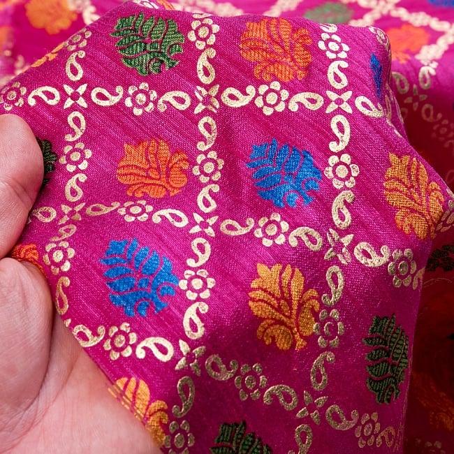 〔1m切り売り〕インドの伝統模様布〔幅約110cm〕 - マゼンタ 6 - 生地の拡大写真です