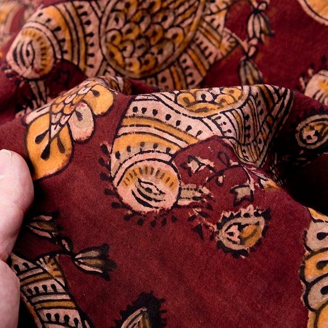 〔1m切り売り〕伝統息づく南インドから 昔ながらの木版染めピーコック柄布〔112cm〕 - 赤茶 5 - 拡大写真です。雰囲気ある、このムラはハンドメイドにしか出せません。