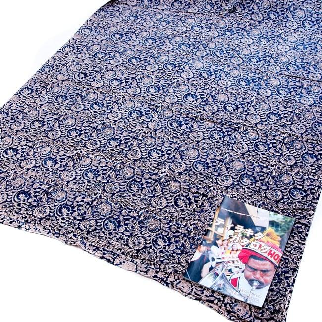 〔1m切り売り〕伝統息づく南インドから 昔ながらの木版染めピーコック柄布〔112cm〕 - 赤茶 8 - ご覧の通り、どちらも横幅100cm以上ある大きな布なので、たっぷり使えます。