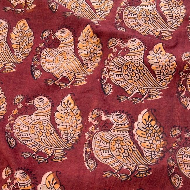 〔1m切り売り〕伝統息づく南インドから 昔ながらの木版染めピーコック柄布〔112cm〕 - 赤茶の写真