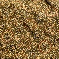 〔1m切り売り〕伝統息づく南インドから 昔ながらの木版染めアジュラックデザインの伝統模様布〔114cm〕 - カーキ