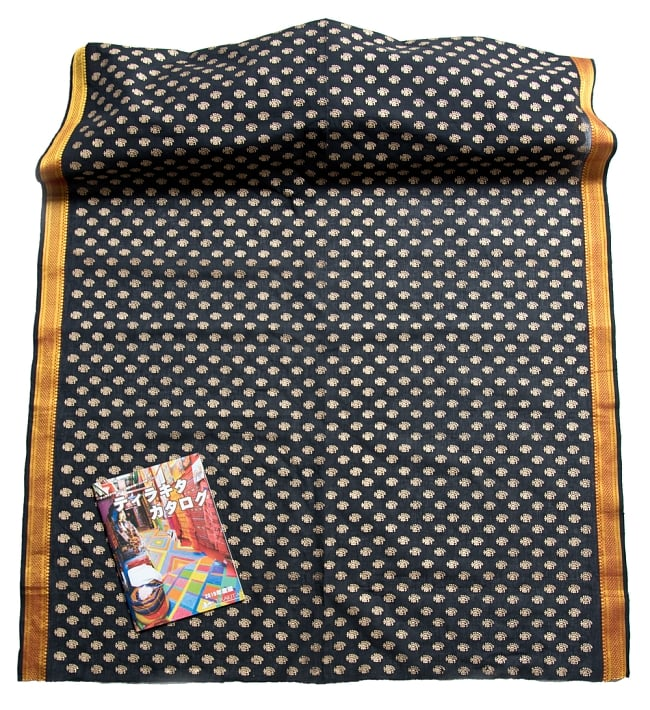 〔1m切り売り〕インドの伝統模様布幅110cm 5 - サイズの比較写真です。横幅が110cmなのでいろいろなものに使えそうです。