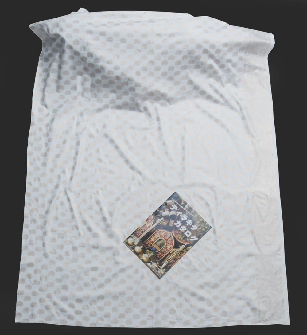 〔1m切り売り〕インドの伝統模様布〔幅約105cm〕ホワイト 5 - 布を広げてみたところです。横幅もしっかり大きなサイズ。布の上に置かれているのはサイズ比較用の当店A4サイズカタログです。