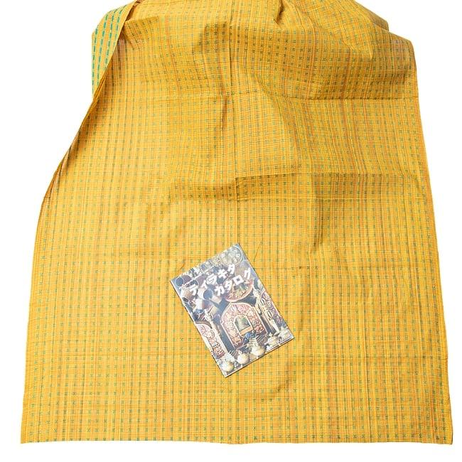 〔1m切り売り〕インドの伝統模様布 - 幅約112cm 5 - 布を広げてみたところです。横幅もしっかり大きなサイズ。布の上に置かれているのはサイズ比較用の当店A4サイズカタログです。