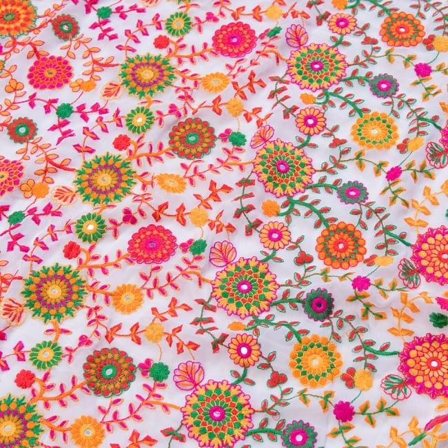 〔1m切り売り〕ラジャスタンの刺繍布〔109cm〕 - ホワイト 2 - 拡大写真です。独特な雰囲気があります。