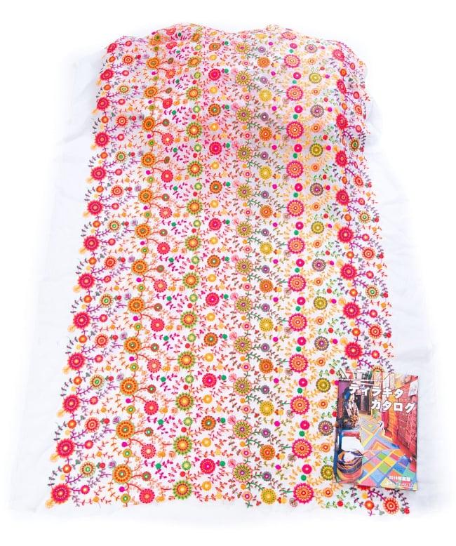 〔1m切り売り〕ラジャスタンの刺繍布〔109cm〕 - ホワイト 3 - 布を広げてみたところです。横幅もしっかり大きなサイズ。布の上に置かれているのはサイズ比較用の当店A4サイズカタログです。