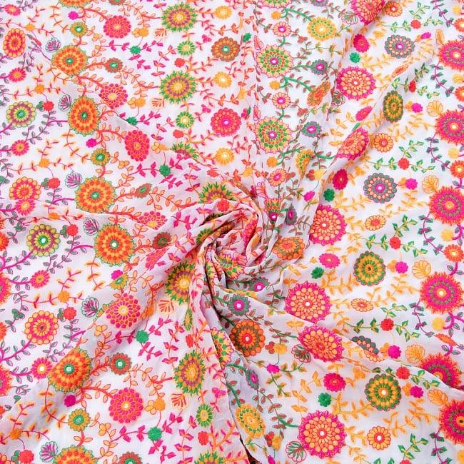 〔1m切り売り〕ラジャスタンの刺繍布〔109cm〕 - ホワイト 4 - 布をくるりと渦のようにしてみたところです。