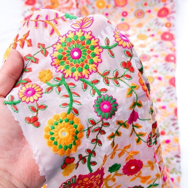 〔1m切り売り〕ラジャスタンの刺繍布〔109cm〕 - ホワイト 6 - このような感じの生地になります。手芸からデコレーション用の布などなど、色々な用途にご使用いただけます!