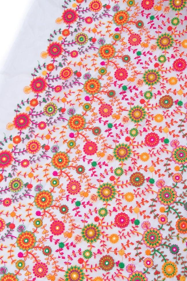 〔1m切り売り〕ラジャスタンの刺繍布〔109cm〕 - ホワイトの写真