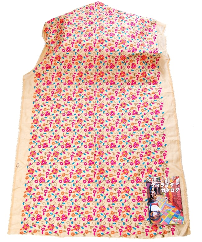 〔1m切り売り〕ラジャスタンの刺繍布〔108cm〕 - シャンパンゴールド 3 - 布を広げてみたところです。横幅もしっかり大きなサイズ。布の上に置かれているのはサイズ比較用の当店A4サイズカタログです。