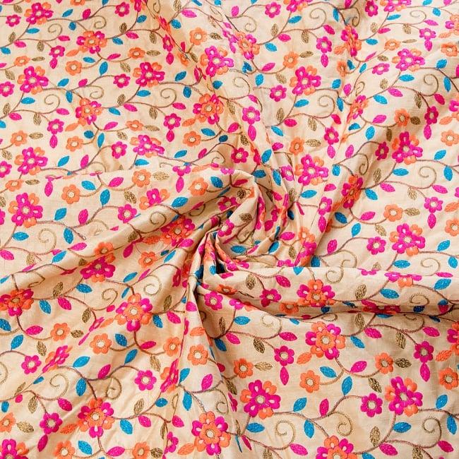 〔1m切り売り〕ラジャスタンの刺繍布〔108cm〕 - シャンパンゴールド 4 - 布をくるりと渦のようにしてみたところです。