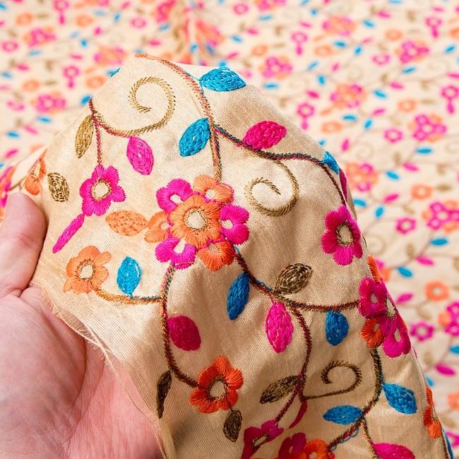 〔1m切り売り〕ラジャスタンの刺繍布〔108cm〕 - シャンパンゴールド 6 - このような感じの生地になります。手芸からデコレーション用の布などなど、色々な用途にご使用いただけます!
