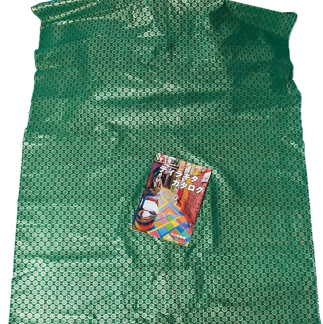 〔1m切り売り〕インドの伝統模様布 - 幅約104cm 7 - A4の冊子と比較するとこのようなサイズ感になります。