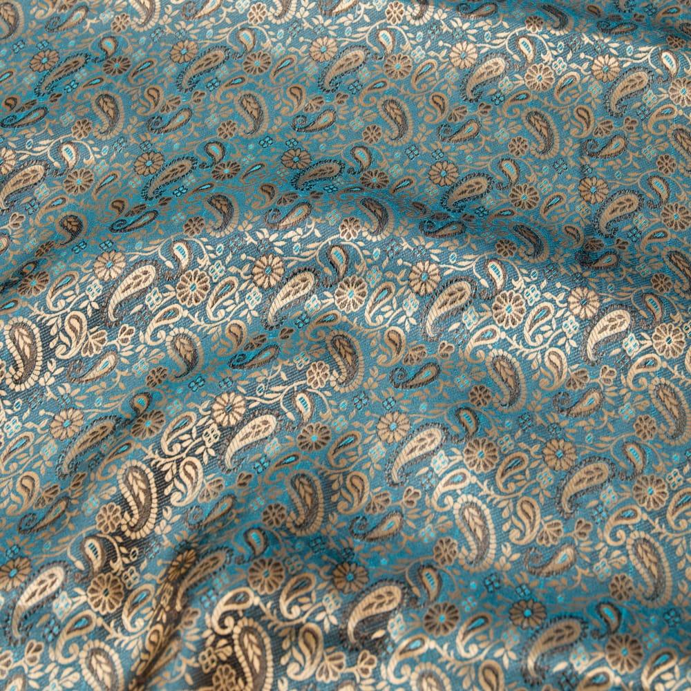 〔1m切り売り〕インドの伝統模様布〔幅約110cm〕 2 - 布を広げてみたところです。横幅もしっかり大きなサイズ。布の上に置かれているのはサイズ比較用の当店A4サイズカタログです。