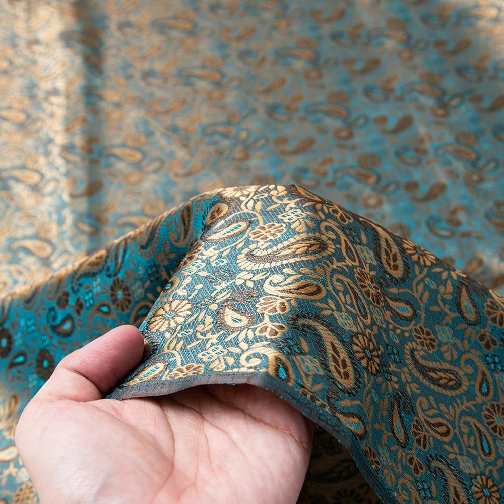 〔1m切り売り〕インドの伝統模様布〔幅約110cm〕 5 - 手に持ってみました。