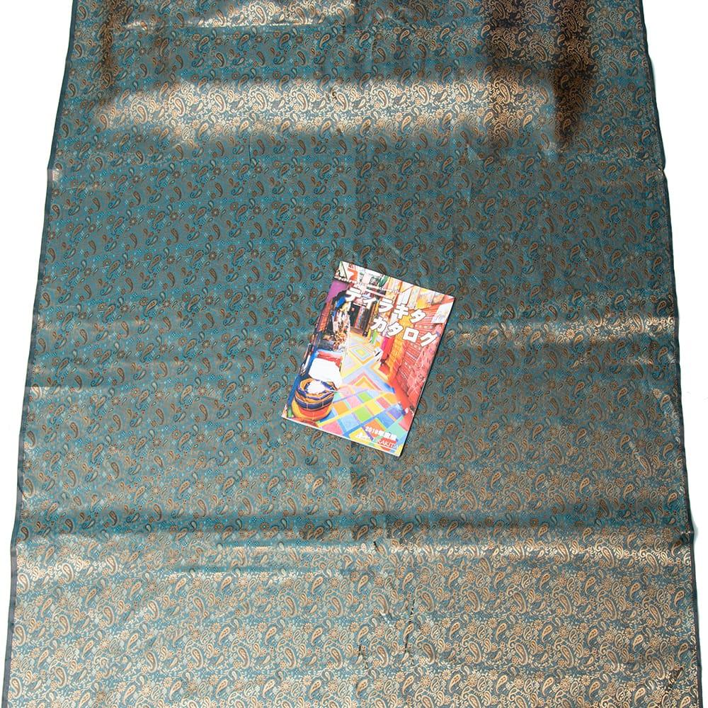 〔1m切り売り〕インドの伝統模様布〔幅約110cm〕 7 - A4冊子と比較撮影しました。これくらいのサイズ感になります。