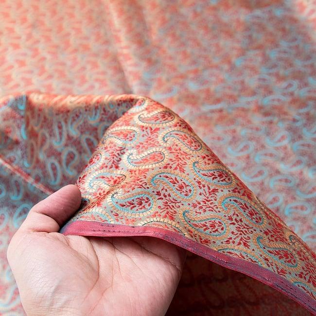 〔1m切り売り〕インドの伝統模様布〔幅約112cm〕 5 - 手に持ってみました。