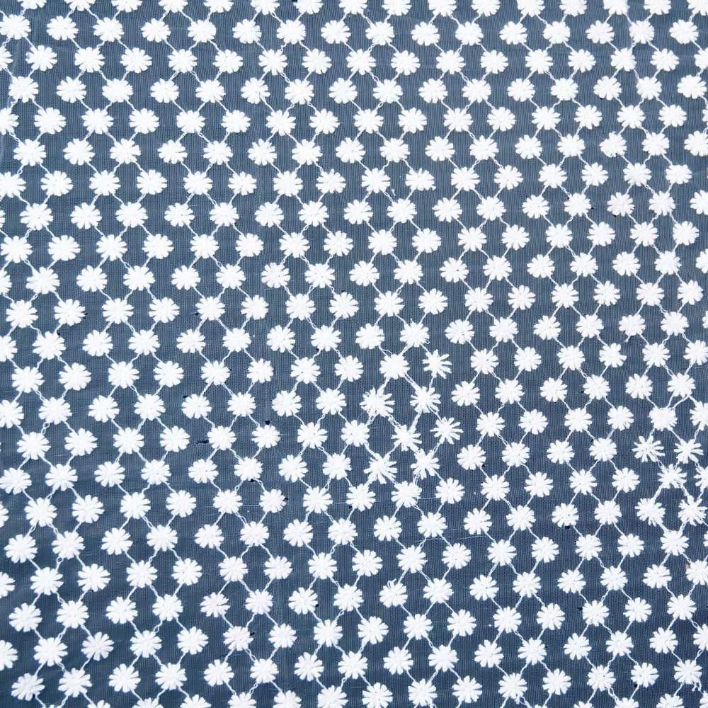 〔1m切り売り〕伝統模様刺繍のメッシュ生地布〔106cm〕 4 - 端の部分の処理の様子です。