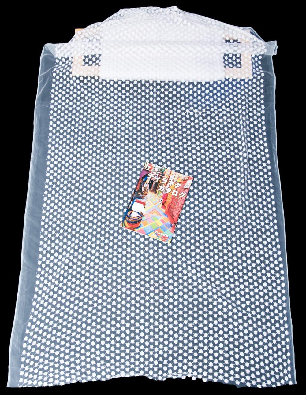 〔1m切り売り〕伝統模様刺繍のメッシュ生地布〔106cm〕 7 - A4の冊子と比較するとこのようなサイズ感になります。