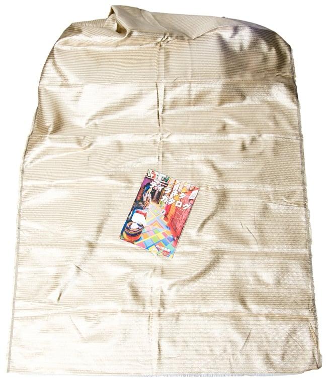 〔1m切り売り〕インドの伝統模様ゴールドプリント布〔幅約110cm〕 7 - A4冊子と比較撮影しました。これくらいのサイズ感になります。