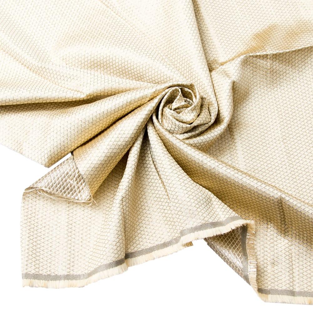 〔1m切り売り〕インドの伝統模様ゴールドプリント布〔幅約110cm〕の写真