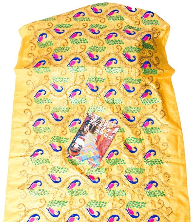 〔1m切り売り〕インドのスパンコールクロス〔幅約116cm〕 7 - A4冊子と比較撮影しました。これくらいのサイズ感になります。