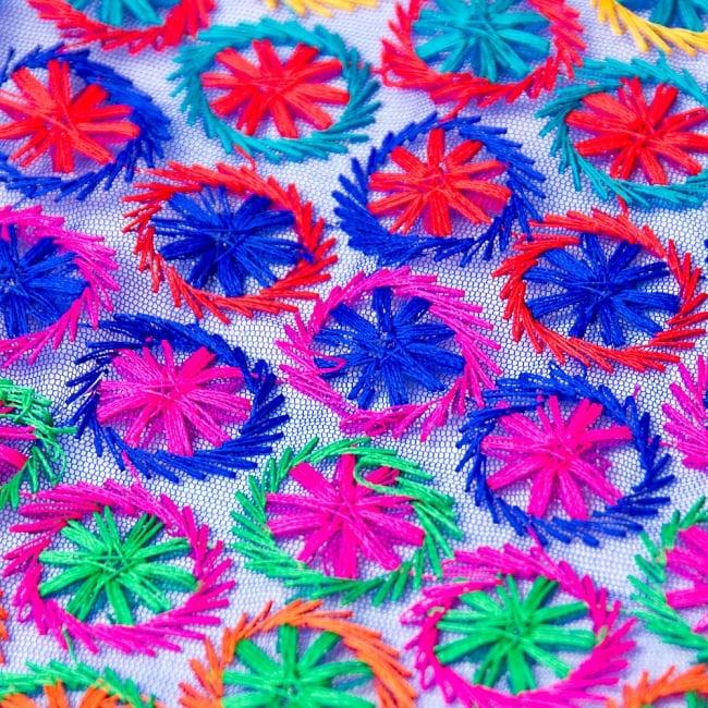 〔1m切り売り〕伝統模様刺繍のメッシュ生地布〔幅約108cm〕 3 - 拡大写真です。独特な雰囲気があります。