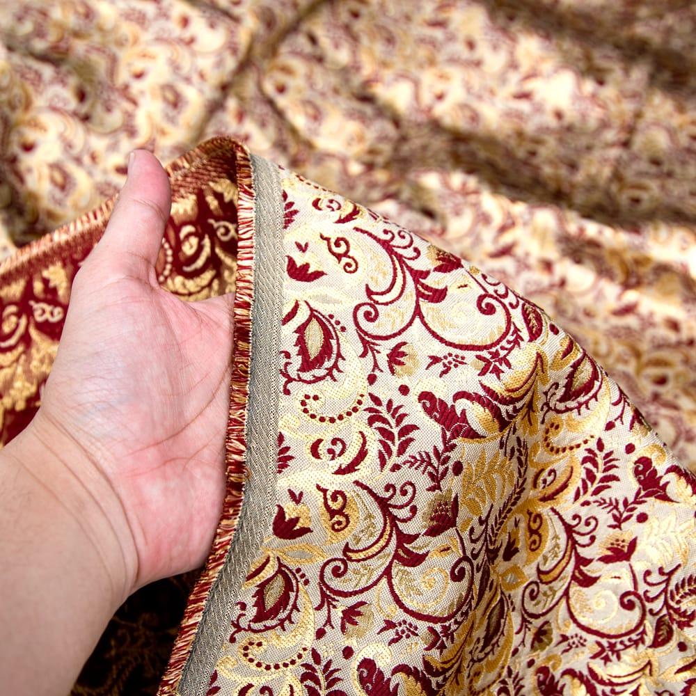 〔1m切り売り〕インドの伝統模様布〔幅約152cm〕 5 - 手に持ってみました。