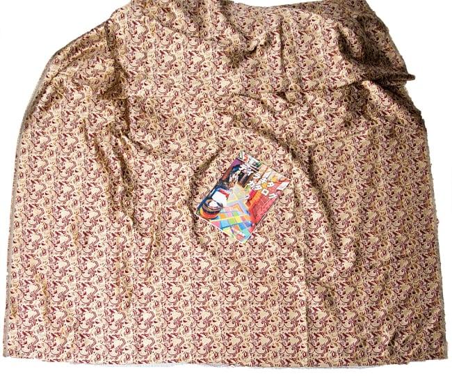 〔1m切り売り〕インドの伝統模様布〔幅約152cm〕 7 - A4冊子と比較撮影しました。これくらいのサイズ感になります。