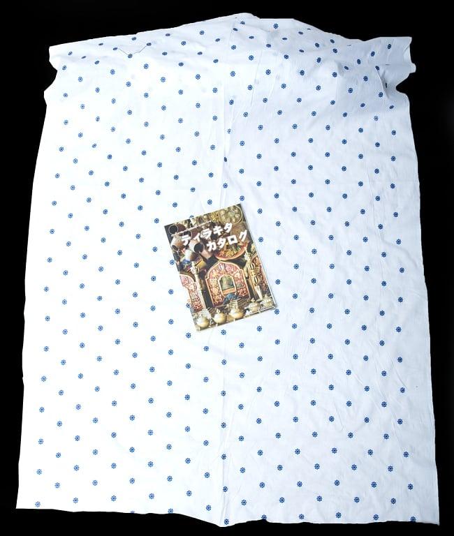 〔1m切り売り〕伝統模様刺繍コットンクロス〔幅約104cm〕 7 - A4冊子と比較撮影しました。これくらいのサイズ感になります。