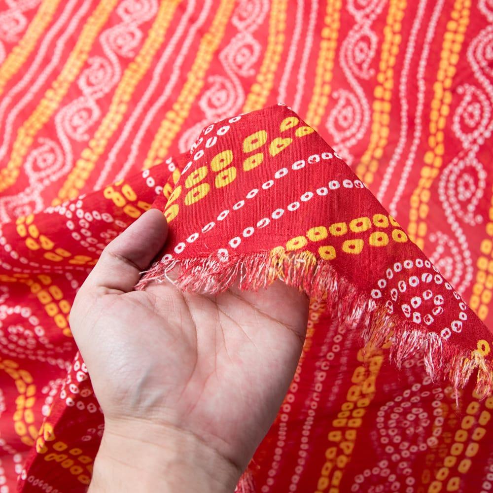 〔1m切り売り〕インドの伝統模様カラフルクロス〔幅約110cm〕 5 - 手に持ってみました。