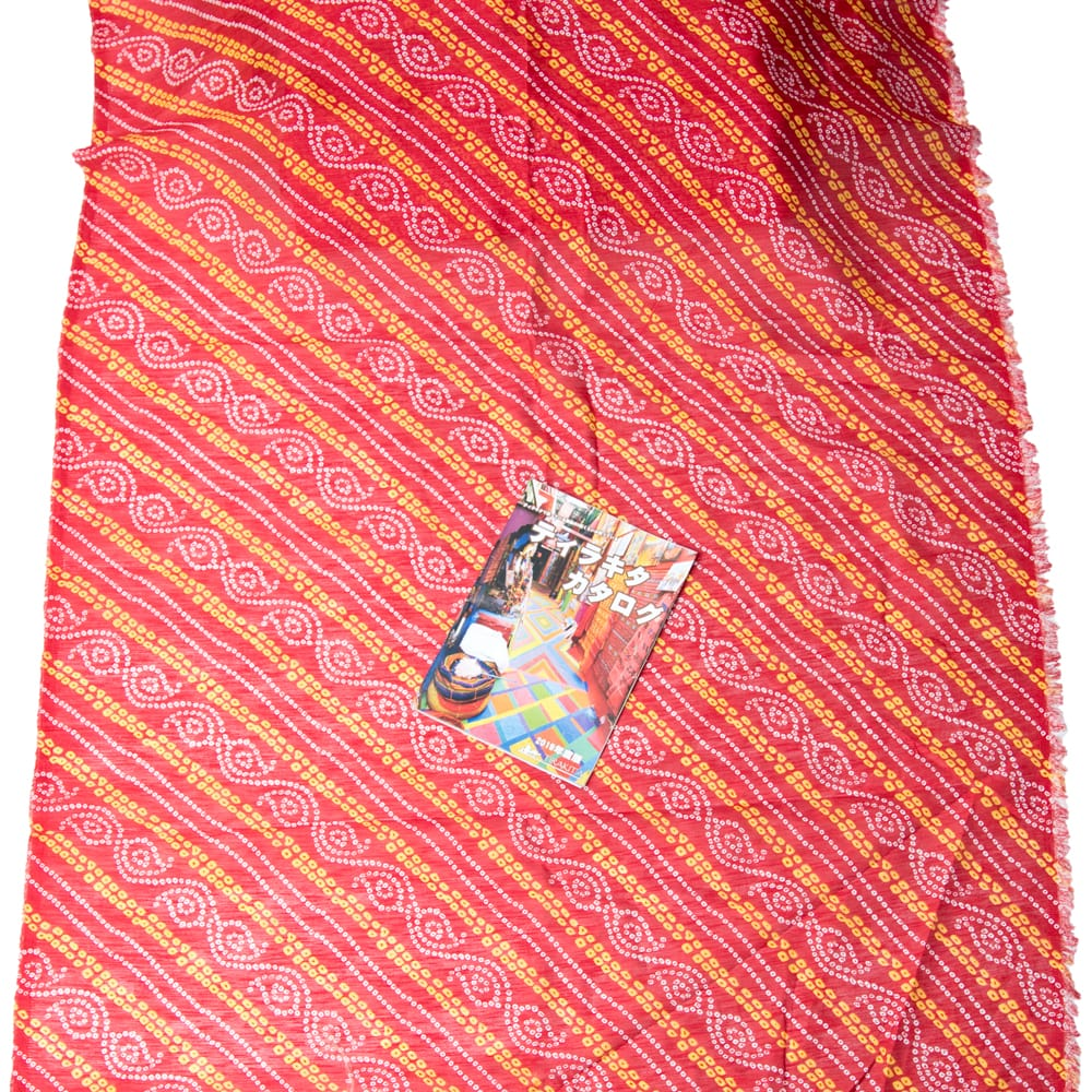 〔1m切り売り〕インドの伝統模様カラフルクロス〔幅約110cm〕 7 - A4冊子と比較撮影しました。これくらいのサイズ感になります。