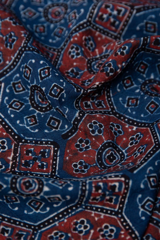 【4.8m 長尺布】伝統息づくインドから 昔ながらの木版染めアジュラックデザインの伝統模様布 3 - 陰影によっても表情が変わります