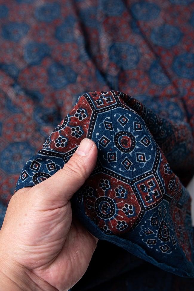 【4.8m 長尺布】伝統息づくインドから 昔ながらの木版染めアジュラックデザインの伝統模様布 5 - 拡大写真です。雰囲気ある、このムラはハンドメイドにしか出せません。