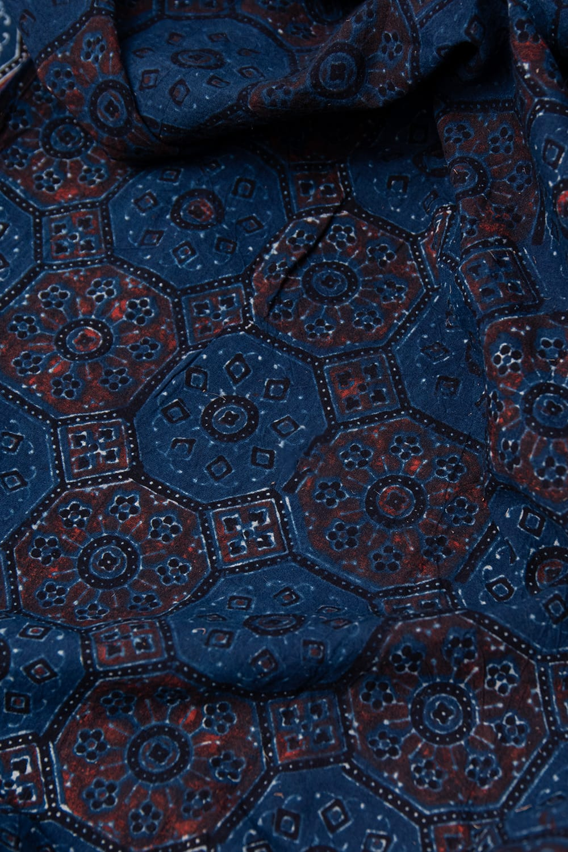 【4.8m 長尺布】伝統息づくインドから 昔ながらの木版染めアジュラックデザインの伝統模様布 6 - 裏地の様子です。様々な色を重ねて刷った様子が見て取れます。
