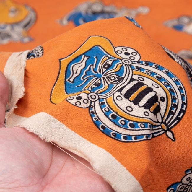 〔1m切り売り〕インドの伝統と不思議が融合 おもしろデザイン布〔115cm〕 - 南インドの古典舞踊カタカリ Kathakali 5 - 拡大写真です。雰囲気ある、このムラはハンドメイドにしか出せません。