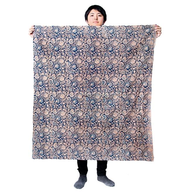 〔1m切り売り〕インドの伝統と不思議が融合 おもしろデザイン布〔115cm〕 - 南インドの古典舞踊カタカリ Kathakali 7 - 同ジャンル品の[【MB-RSCLTH-652】横幅:約117cm]を、1m切って持ってみたところです。いろいろな用途に使えそうです。