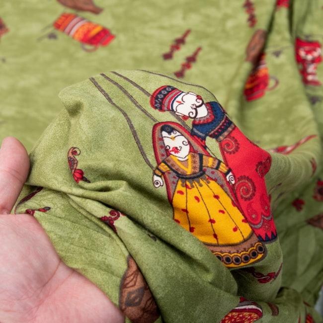〔1m切り売り〕インドの伝統と不思議が融合 おもしろデザイン布〔109cm〕 - カトプトリ ラジャスタンの操り人形 5 - 拡大写真です。雰囲気ある、このムラはハンドメイドにしか出せません。