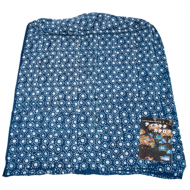 〔1m切り売り〕伝統息づく南インドから 昔ながらの木版インディゴ藍染布〔112cm〕 - 太陽 6 - 横幅100cm以上ある大きな布なので、たっぷり使えます。右端にあるのはA4サイズの当店カタログです。