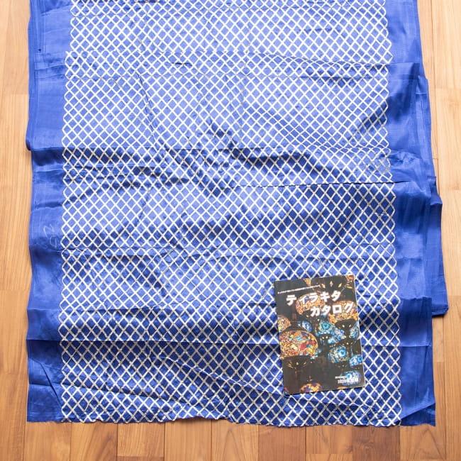 〔1m切り売り〕インドの伝統模様布〔幅約105cm〕 7 - 布を広げてみたところです。横幅もしっかり大きなサイズ。右下にあるのはサイズ比較用の当店A4サイズカタログです。