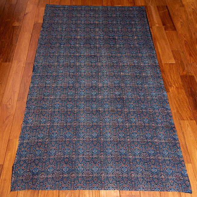 〔約3.8m 長尺布】伝統息づくインドから 昔ながらの木版藍染めアジュラックデザインの伝統模様布〔横幅:約110cm〕 3 - お得な長尺布です。横幅もしっかりある上、長さが長いのでさまざまな用途にご使用いただけます。